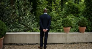 A member of the Secret Service stands guard while President Barack Obama attends a fundraiser for Hillary Clinton on Aug. 1, 2016, in College Park, Georgia.