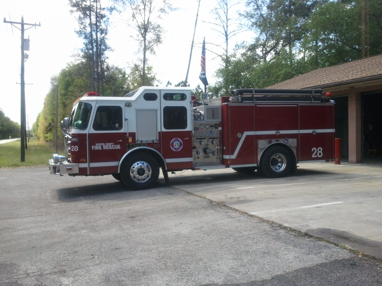 Marion County Fire engine near the latest wildfire on the Marion/Putnam County line (photo by Chris Gilmore)