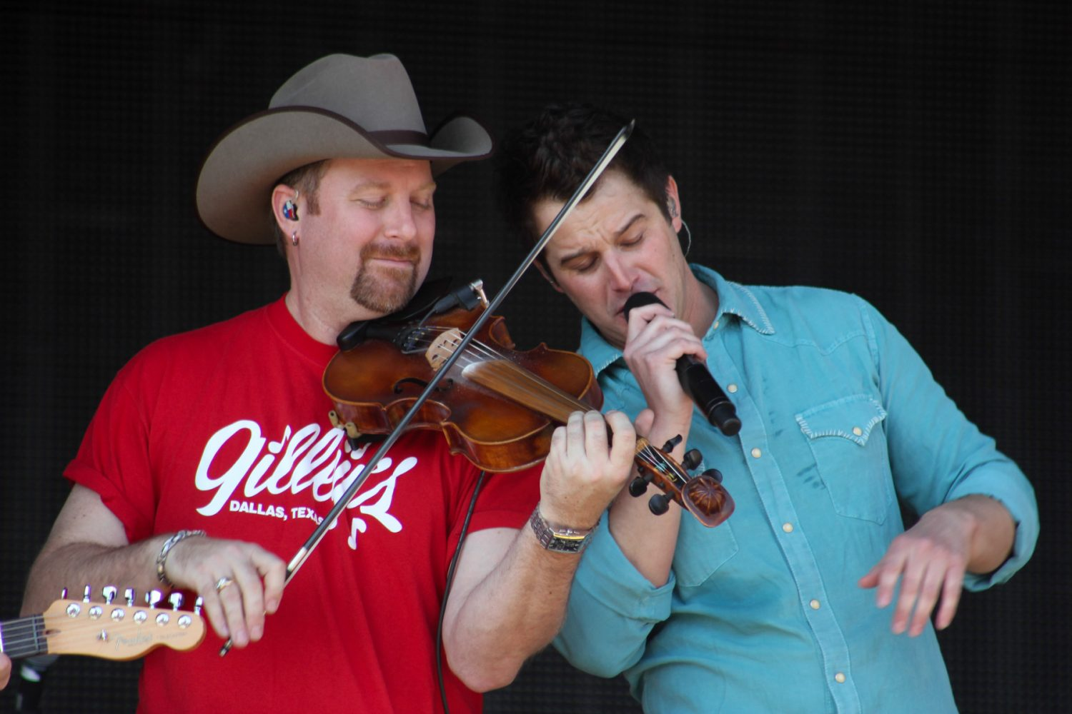 """Easton Corbin sings with a fiddler in his band while singing Alabama's hit song. """"If Ya Wanna Play in Texas,"""" on Sunday afternoon, Mar. 9, 2014"""