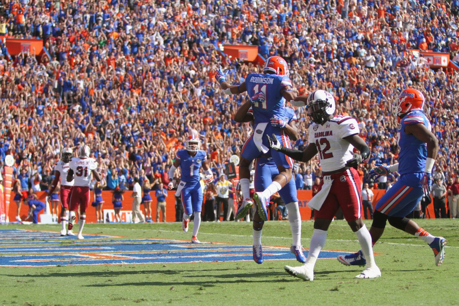 Florida receiver Demarcus Robinson celebrates with his teammates after catching an 11-yard pass from Harris for a touchdown late in the second quarter.
